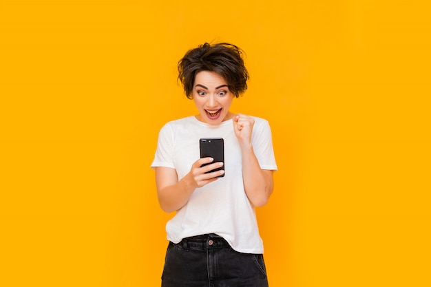Bella donna che prende selfie a casa. giovane ragazza carina parlando tramite collegamento video su un telefono cellulare con amici o parenti. donna felice che per mezzo dello smartphone per gli amici e i genitori di videochiamata.