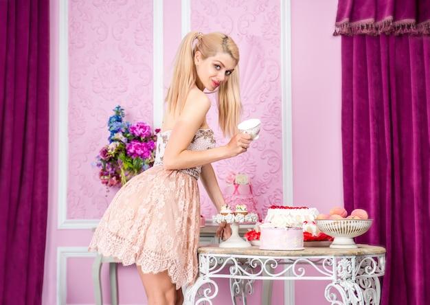 Bella donna che prepara la festa di compleanno