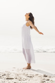 Bella donna che si estende sulla spiaggia
