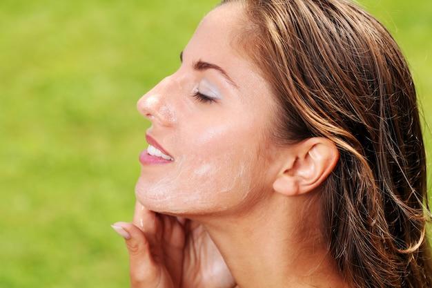 Bella donna che si lava il viso