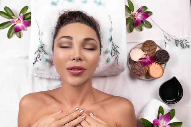 Bella donna che si trova con l'umore felice il giorno di vacanza. cura del corpo benessere e concetto di aromaterapia spa.
