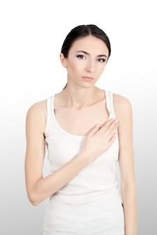 Bella donna che soffre di dolore al petto. problemi di salute