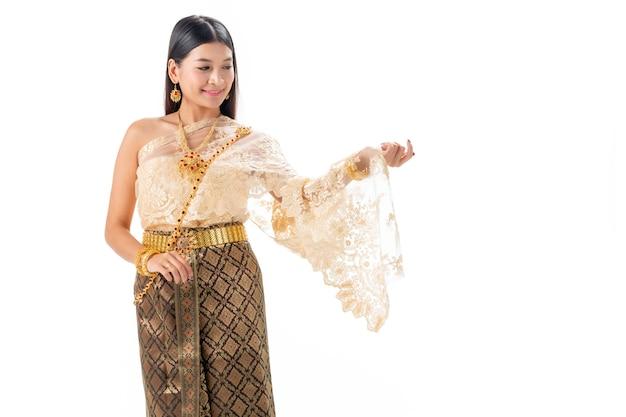Bella donna che sorride in costume tradizionale nazionale della tailandia. isolare su bianco.