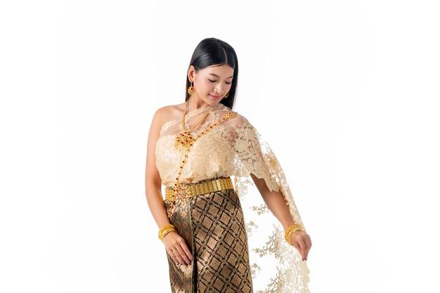 Bella donna che sorride in costume tradizionale nazionale della tailandia.