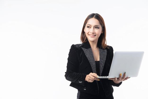 Bella donna che tiene computer e sorridente