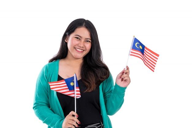 Bella donna che tiene la bandiera della malesia
