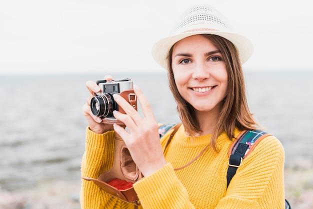 Bella donna che viaggia di fronte alla telecamera