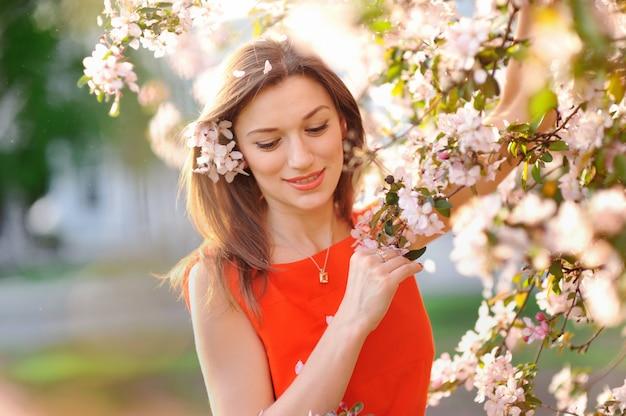 Bella donna con albero in fiore bianco