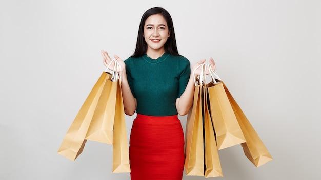 Bella donna con borse della spesa