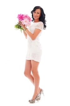 Bella donna con bouquet di peonie