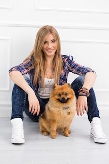 Bella donna con cane