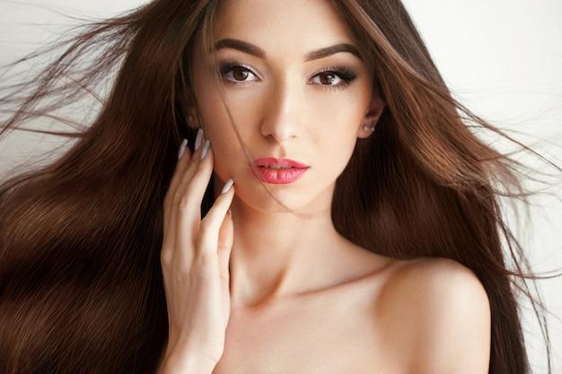 Bella donna con capelli lunghi sani