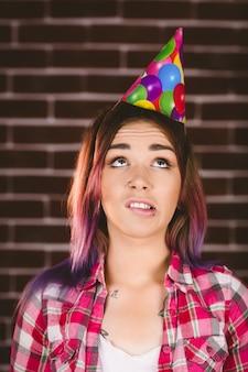 Bella donna con cappello da festa