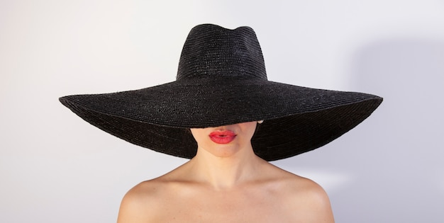 Bella donna con cappello e labbra rosse. moda retrò