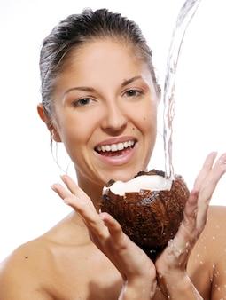 Bella donna con cocco in mano