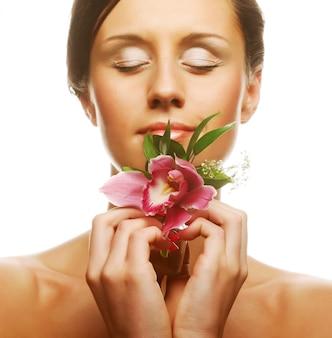 Bella donna con fiore orchidea