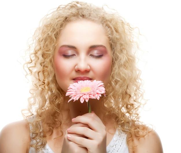 Bella donna con fiore rosa