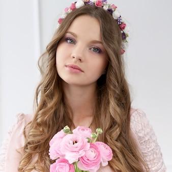 Bella donna con fiori