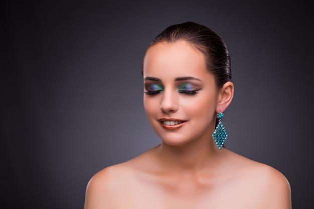 Bella donna con gioielli nel concetto di bellezza