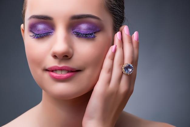 Bella donna con gioielli nel concetto di moda