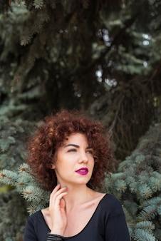 Bella donna con i capelli ricci