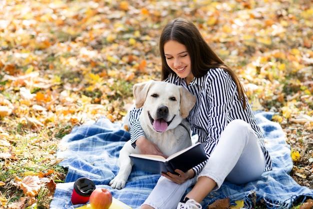 Bella donna con il suo cane nel parco
