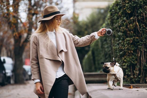 Bella donna con il suo cane