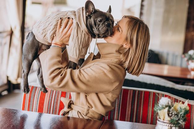 Bella donna con il suo simpatico bulldog francese in abito caldo