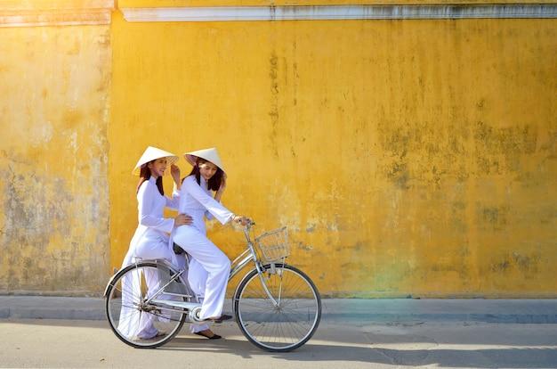 Bella donna con la cultura del vietnam tradizionale, stile vintage, hoi an vietnam