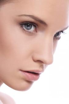 Bella donna con la faccia pulita