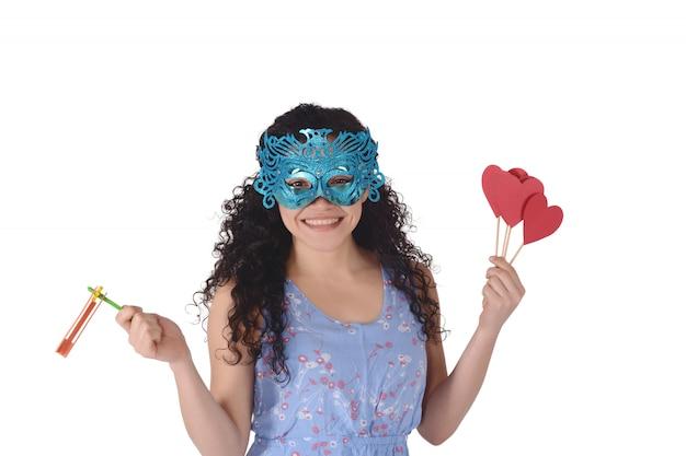 Bella donna con la maschera di carnevale