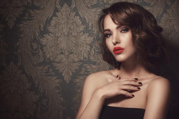 Bella donna con labbra rosse