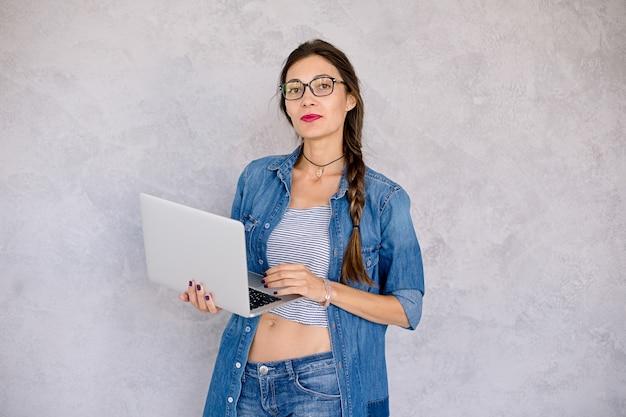 Bella donna con laptop