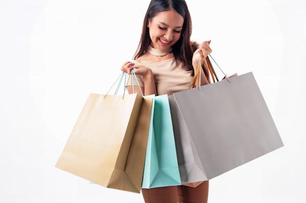 Bella donna con le borse della spesa in mano