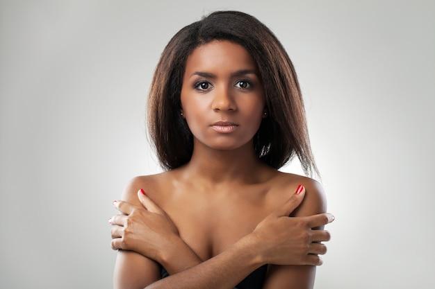 Bella donna con le spalle nude