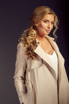 Bella donna con lunghi capelli biondi in pelliccia beige