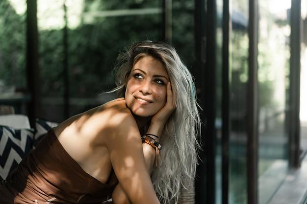 Bella donna con lunghi capelli biondi. sorrisi felici