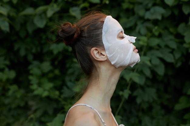 Bella donna con maschera cosmetica e occhi chiusi