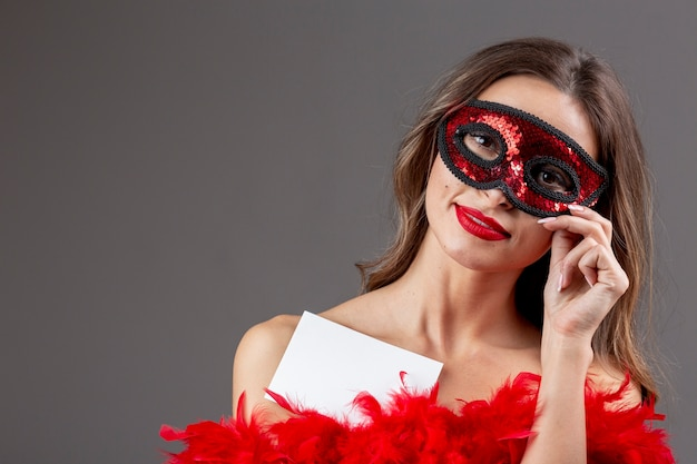 Bella donna con maschera di carnevale