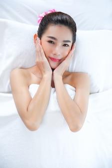 Bella donna con massaggio termale