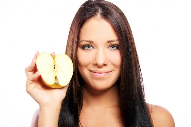 Bella donna con mela nelle mani