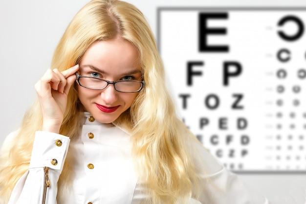 Bella donna con ologramma laser e test tabella di visione