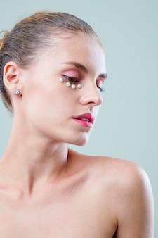 Bella donna con perle sotto gli occhi