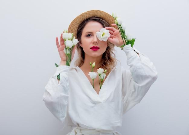 Bella donna con rose bianche in maniche