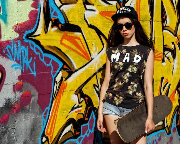 Bella donna con skateboard