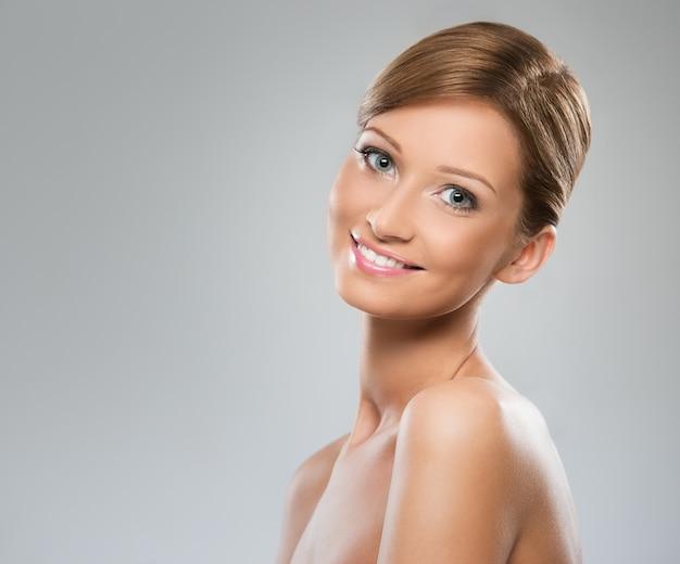 Bella donna con spalla nuda