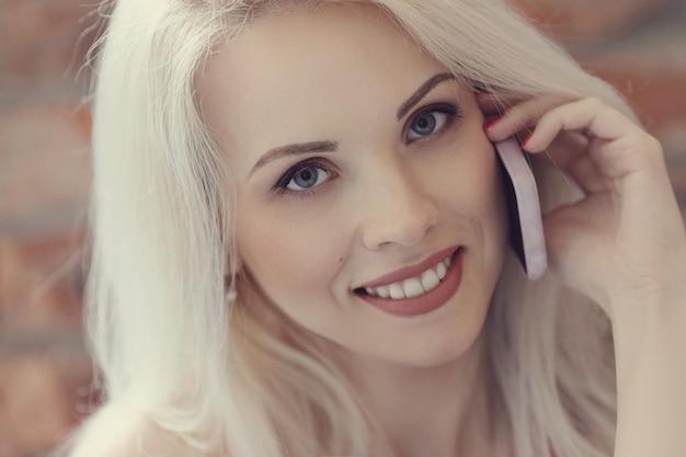 Bella donna con telefono