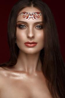 Bella donna con trucco arabo creativo, capelli lunghi dritti e pelle perfetta,