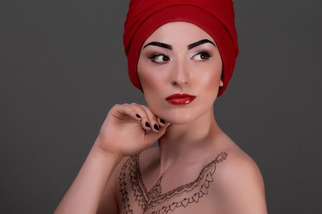 Bella donna con trucco arabo, labbra rosse e riccioli. volto di bellezza.