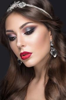 Bella donna con trucco arabo, labbra rosse e riccioli
